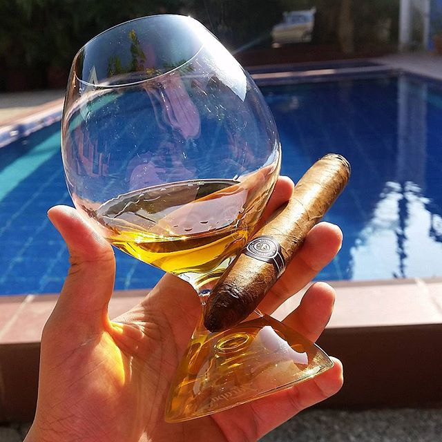 Montecristo No. 2 y Whisky Sello Azul