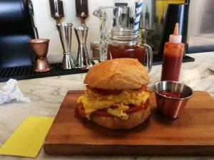 Sandwich de huevo y tocineta